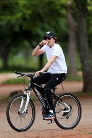 Paul anda de bicicleta no Parque da cidade, em Brasilia - #OutThere - 22-11-2014